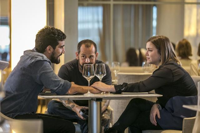 Renato Góes e Alice Wegmann com o diretor de 'Órfãos da terra' Alexandre Macedo (Foto: Paulo Belote/TV Globo)