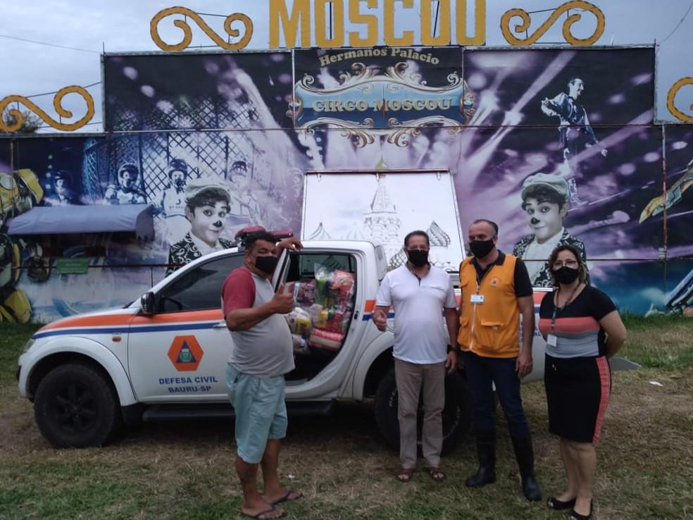 Prefeitura de Bauru fez a doação de 13 cestas básicas para as famílias do circo — Foto: Prefeitura de Bauru/ Divulgação