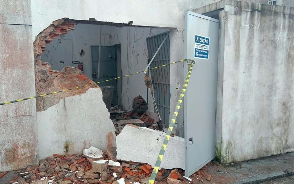 Cofre de posto na BR-324, na região de Simões Filho, foi alvo de assaltantes na madrugada desta segunda-feira (20) (Foto: Ramon Ferraz/TV Bahia)