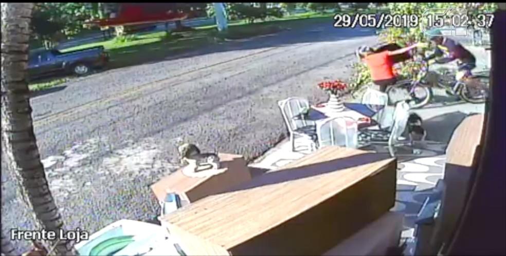 Vítima cai ao ser atacada pelo criminoso com o aparelho — Foto: Breshop/Arquivo