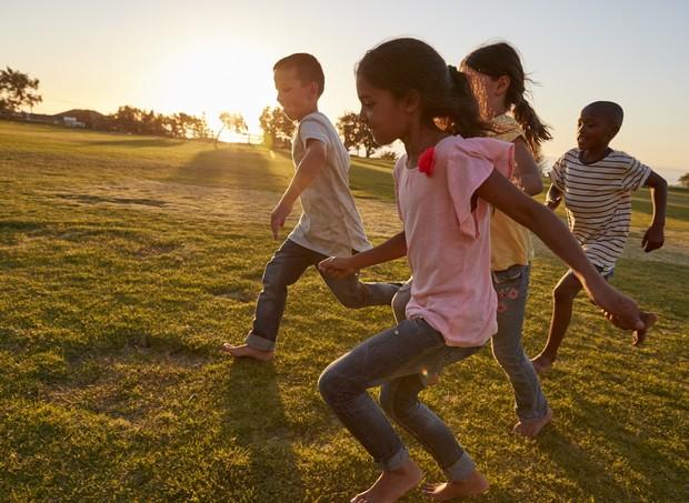 crianças correndo e brincando amigos (Foto: Thinkstock)
