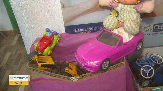 Grupo de voluntários arrecada brinquedos para doar a cerca de 400 crianças em Araraquara, SP