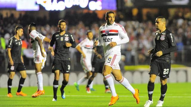 Diego Souza em lance no primeiro tempo