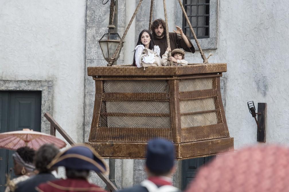 Joaquim (Chay Suede) foge com Anna (Isabelle Drummond), Quinzinho (Theo de Almeida) e Vitoria num balão, em 'Novo Mundo' — Foto: Artur Meninea/ Gshow