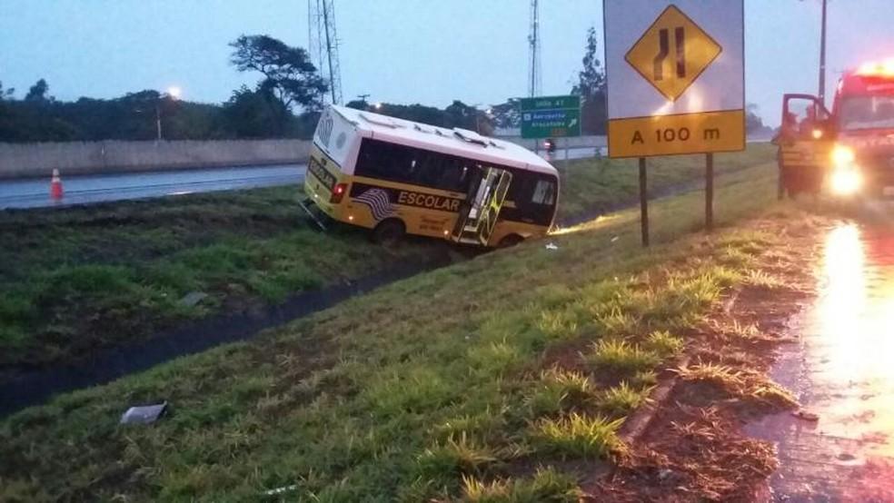 Micro-ônibus cai em canteiro central de rodovia em Araçatuba (Foto: Arquivo Pessoal)