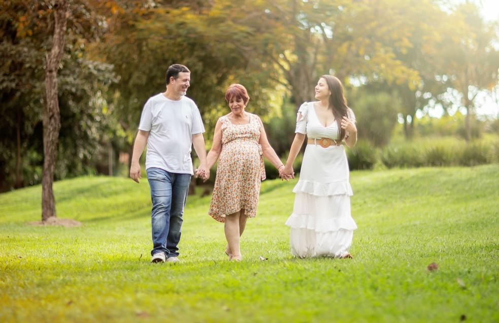 Mãe, filha e genro curtindo o oitavo mês de gestação do Rubens — Foto: José Neto Fotografia Criativa/Divulgação