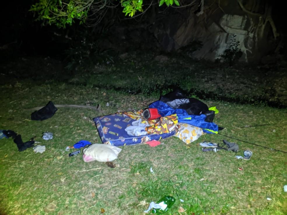 Assaltantes estavam acampados às margens da Cachoeira Maria Rosa — Foto: Polícia Militar/Divulgação