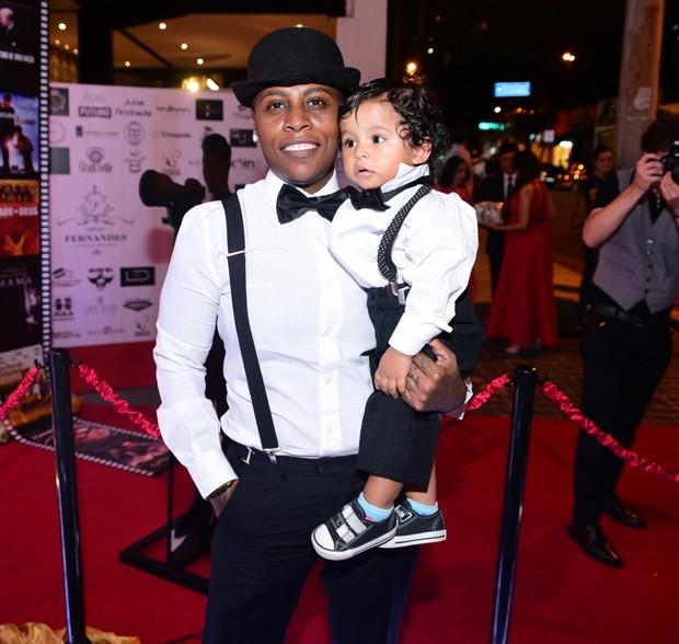 Pepê e um dos filhos gêmeos (Foto: Leo Franco e Thiago Duran/AgNews)