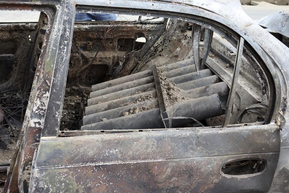 Tubos de lançamento de foguetes dentro de veículo destruído em Cabul, capital do Afeganistão, em 30 de agosto de 2021 — Foto: Khwaja Tawfiq Sediqi/AP