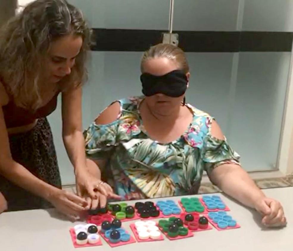 A empresária Daniela Reis Frontera com uma de suas alunas, que aprende o método braille com os olhos vendados — Foto: Arquivo pessoal