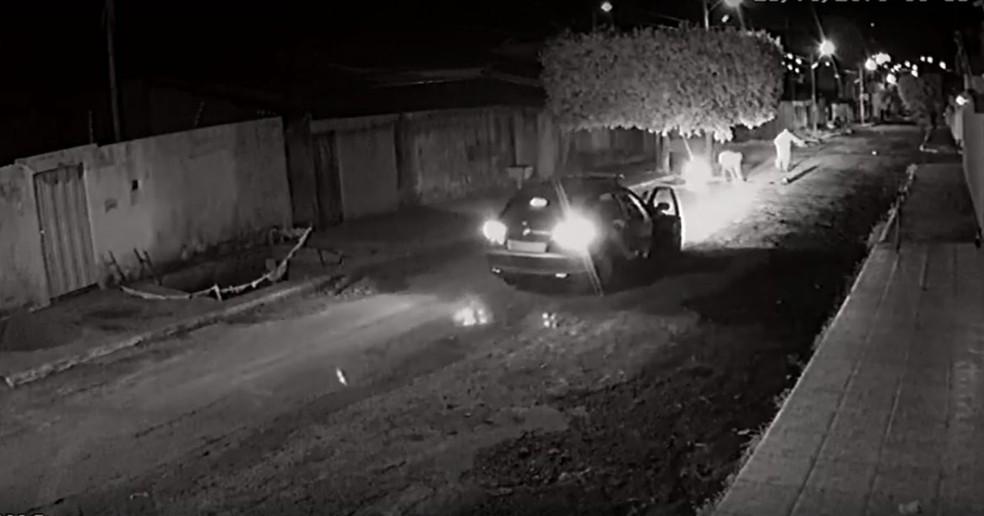 Momento em que sargento da PM teria sido baleado — Foto: Reprodução/TV Anhanguera