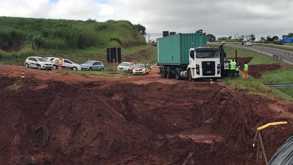 Outro caminhão invadiu trecho, mas não chegou a cair na cratera em Botucatu — Foto: Arthur Neves/TV TEM