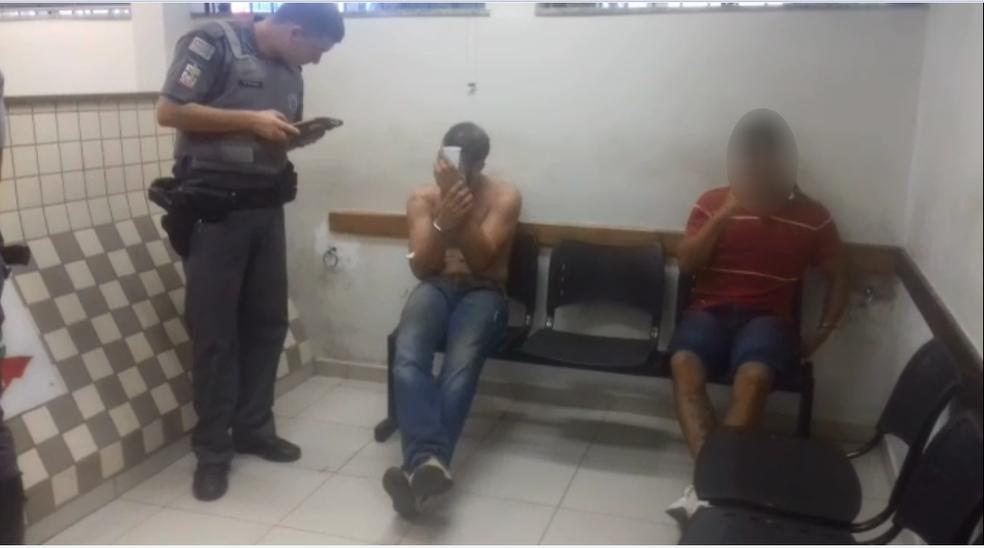 Prefeito de Bariri (ao centro) foi levado para a delegacia suspeito de raptar e estuprar menina (Foto: Reprodução/TV TEM)