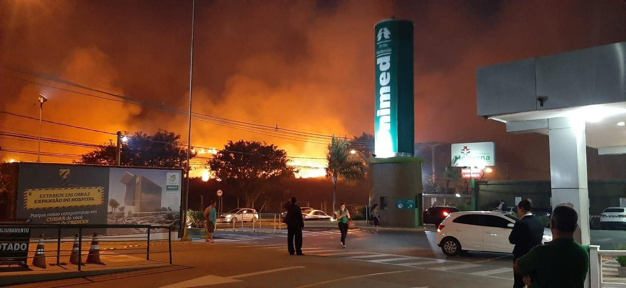 Incêndio atinge área verde próxima a hospital em Volta Redonda - Notícias - Plantão Diário