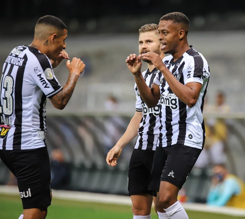 Arana e Eduardo Sasha comemoram com Keno, o melhor em campo contra o Grêmio — Foto: Pedro Souza/Atlético