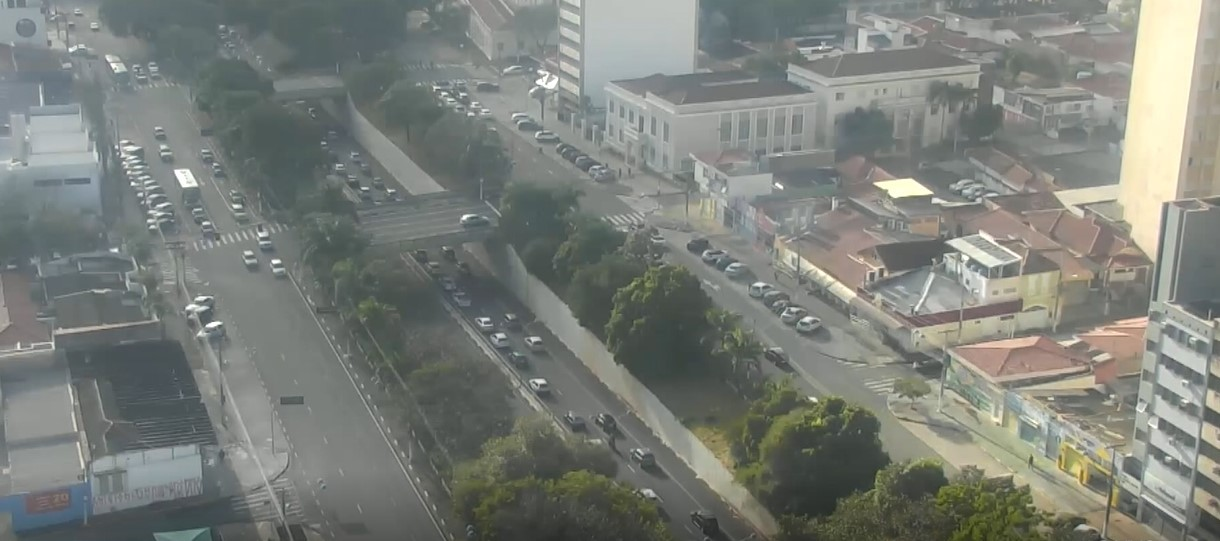 Queda de moto deixa mulher ferida e causa congestionamento na Avenida Aquidabã, em Campinas