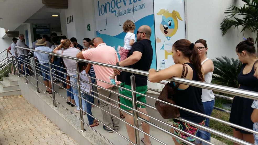 Moradores formam filas atrás de imunização contra os vírus H1N1 e H3N2 (Foto: Alexandre Perassoli)