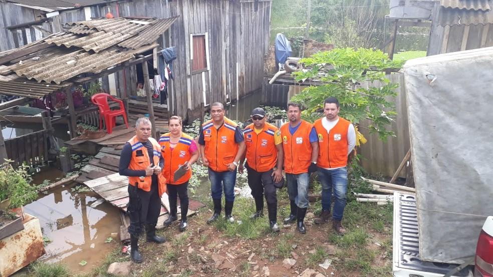 Equipe da Defesa Civil durante mudança neste domingo (10) — Foto: Iule Vargas/ Rede Amazônica