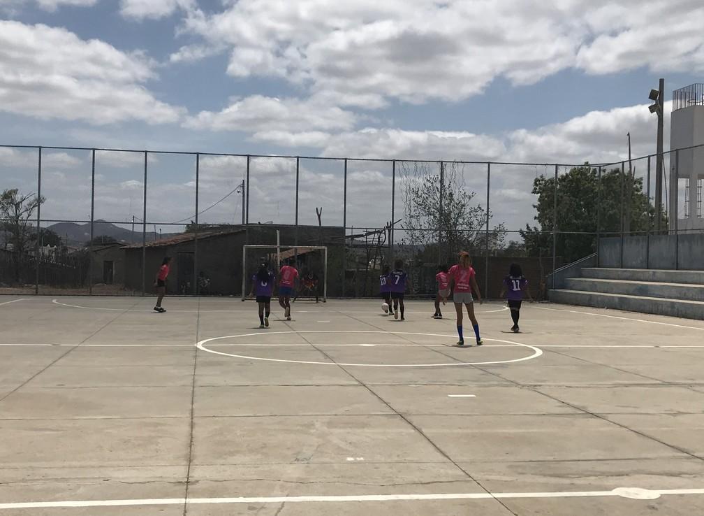 Mesmo com pouca estrutura, quadra da escola serve para desenvolver talento das meninas  — Foto: Elton de Castro