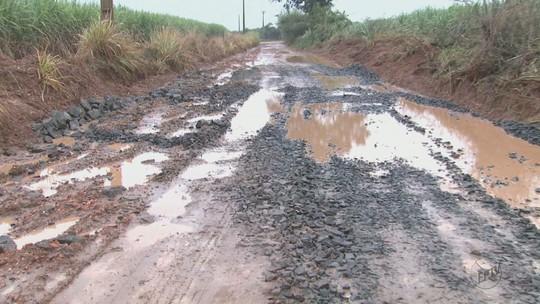 Más condições de estrada impedem que estudantes cheguem à escola em Leme, SP