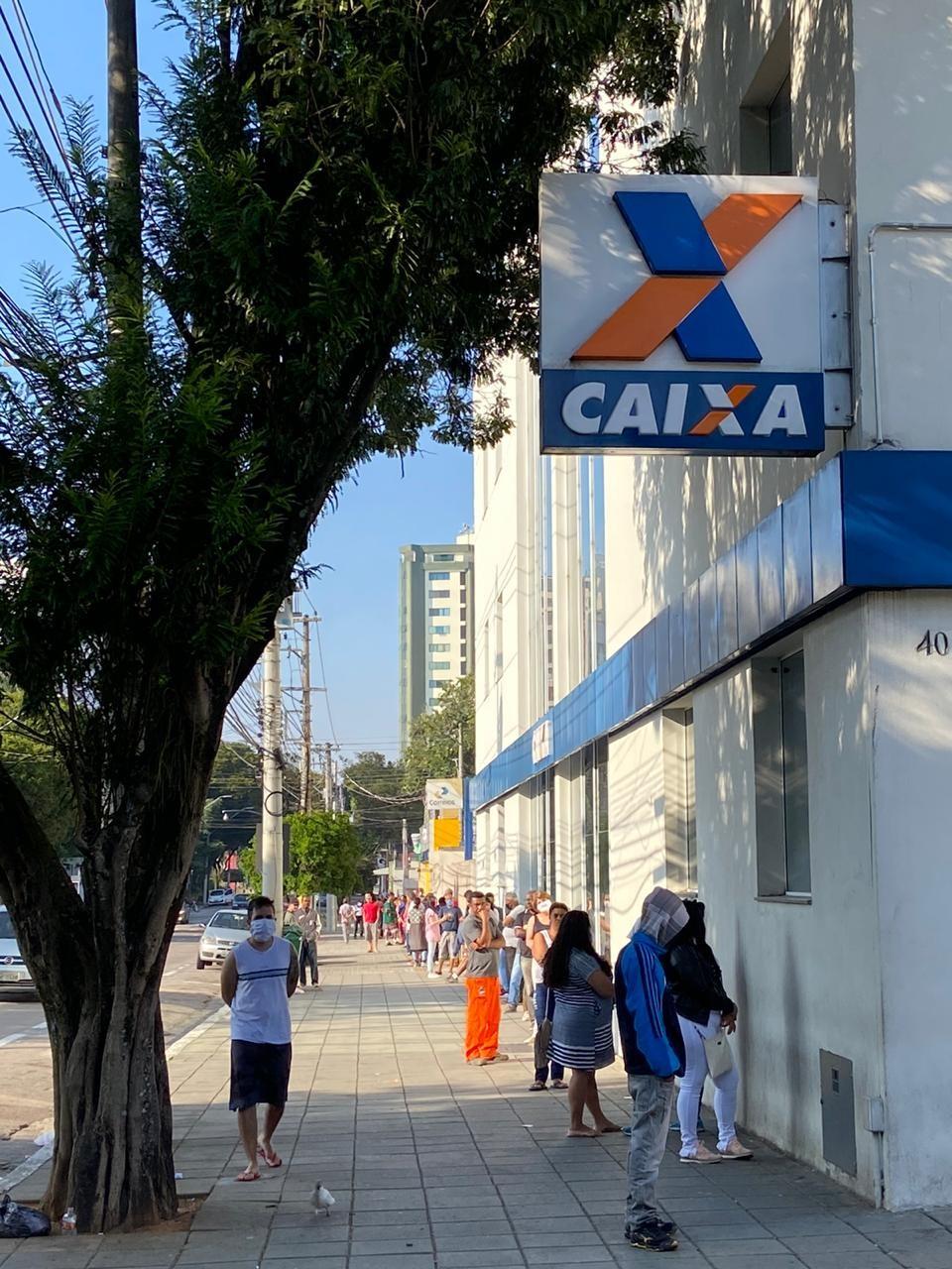 Saques do Auxílio Emergencial provocam fila na agência da Caixa no Centro de São José dos Campos