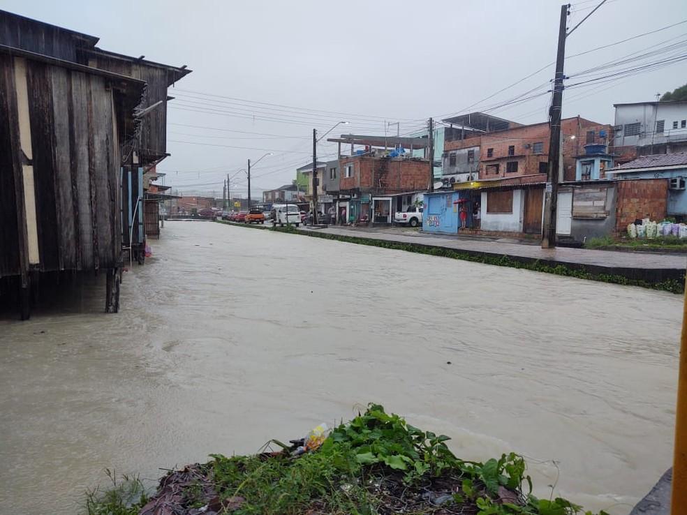Chuva deixa rua de Manaus alagada  — Foto: Eliana Nascimento/G1 AM