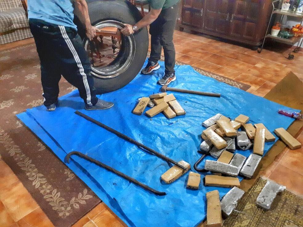 Droga era transportada dentro de pneus que vinham do Paraná (Foto: Divulgação/Polícia Civil)
