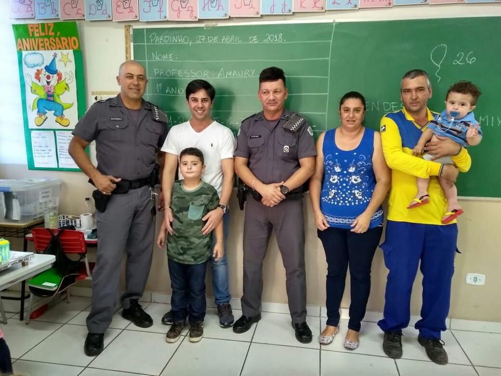 Festinha foi realizada na escola do menino, que faz parte da ronda escolar dos policiais em Pardinho  (Foto: Carine Margarette Alves / Arquivo pessoal )