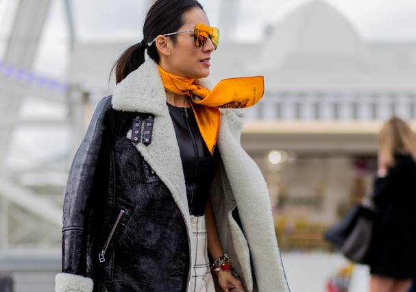 PARIS, FRANCE - MARCH 08: Tina Leung is wearing a black shearling fur leather jacket and an orange scarf outside Valentino during the Paris Fashion Week Womenswear Fall/Winter 2016/2017 on March 8, 2016 in Paris, France.  (Photo by Christian Vierig/Getty  (Foto: Getty Images)