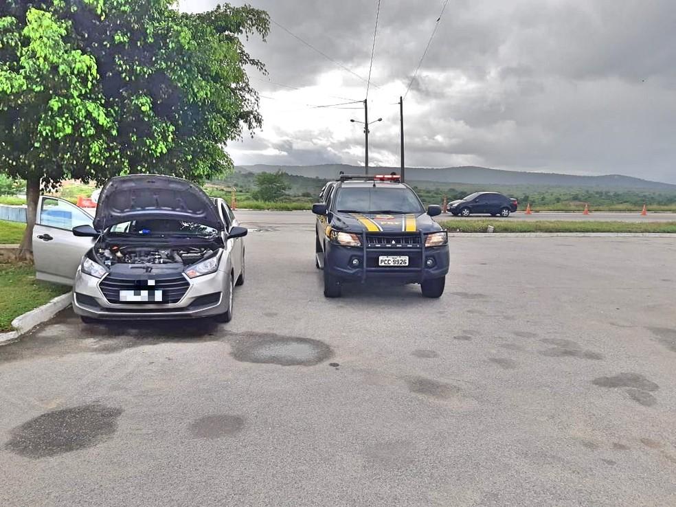 Carro roubado em Salvador, na Bahia, foi apreendido na BR-232, em São Caetano — Foto: PRF/Divulgação