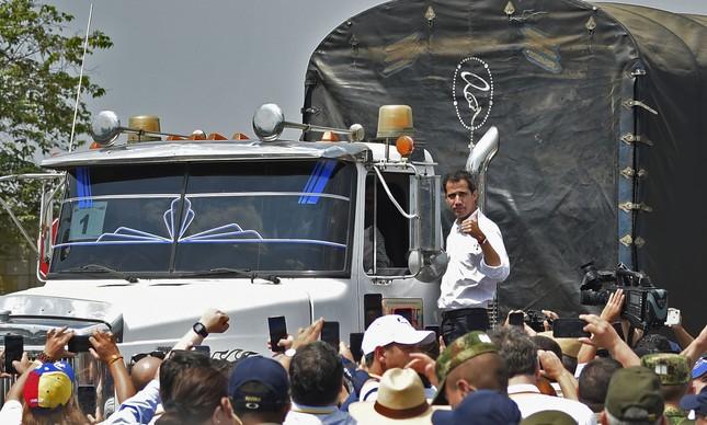Líder opositor da Venezuela Juan Guaidó acena para apoiadores do alto de caminhão de ajuda internacional em Cúcuta