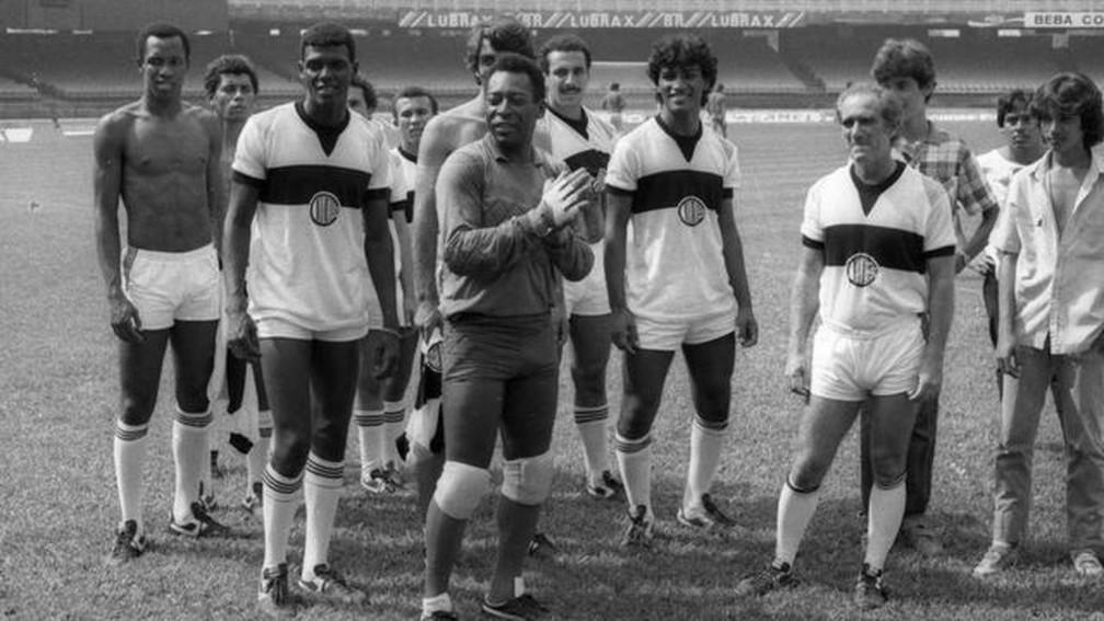 Pelé e Renato Aragão nas filmagens de Os Trapalhões e o Rei do Futebol, em 1986 — Foto: ACERVO PESSOAL – RAFAEL SPACA via BBC