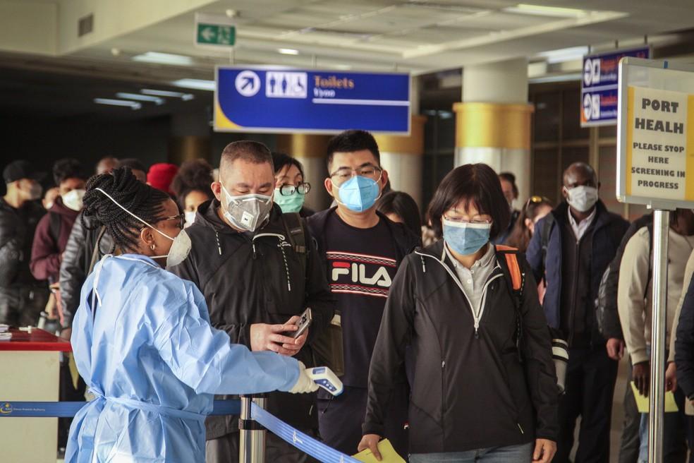 Passageiros chegando a Nairóbi, no Quênia, são testados para o novo tipo de coronavírus ao chegar de Changsha, na China, nesta quarta-feira (29). — Foto: Patrick Ngugi/AP
