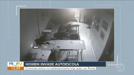 Câmeras de segurança registram assalto em autoescola de Paraty