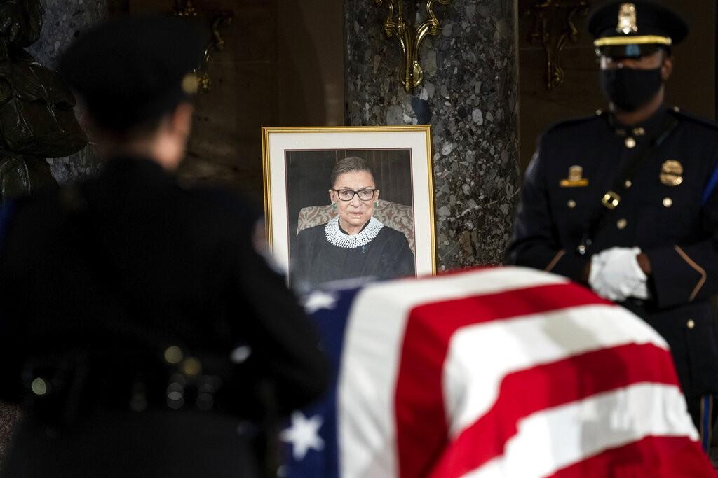 Corpo de Ruth Bader Ginsburg, juíza da Suprema Corte dos EUA, é enterrado perto de Washington