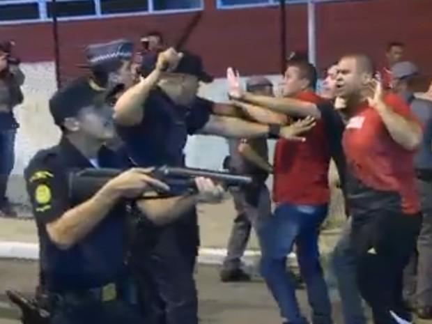 Policial aponta arma para manifestantes pró-governo em São Bernardo do Campo (Foto: TV Globo/Reprodução)