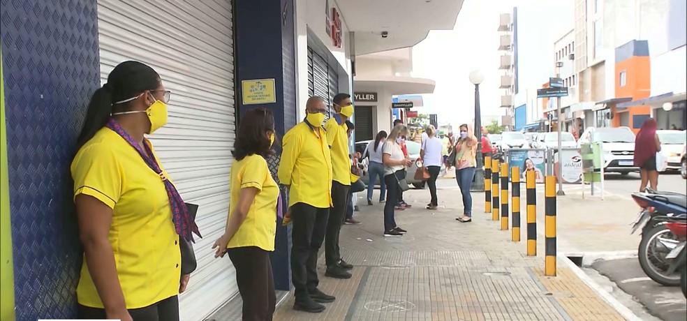 Comerciantes protestaram na rua Maciel Pinheiro, em Campina Grande — Foto: TV Paraíba/Reprodução
