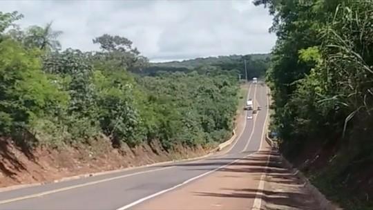 Vídeo da PRF flagra três veículos fazendo ultrapassagem proibida simultaneamente na BR-163 em MS