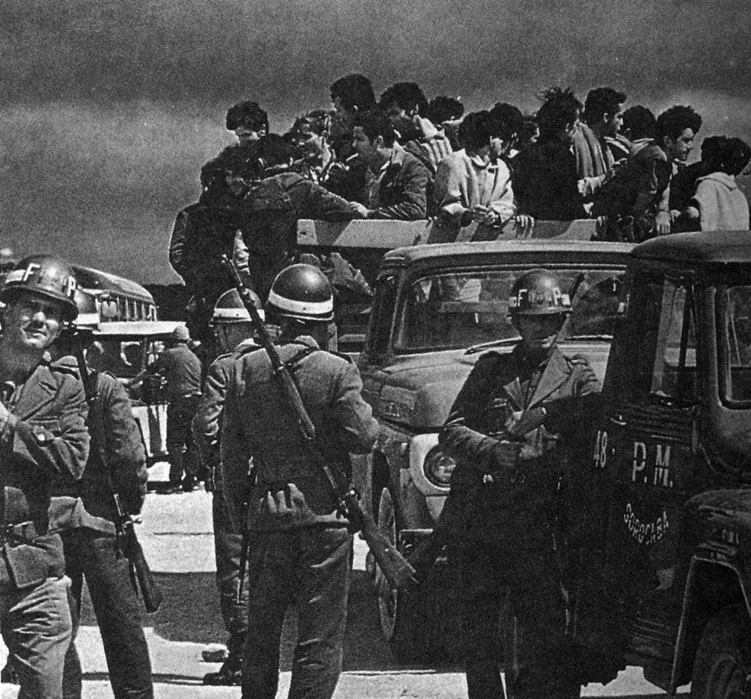 Grupo de estudantes é levado pela Força Policial em caminhonete
