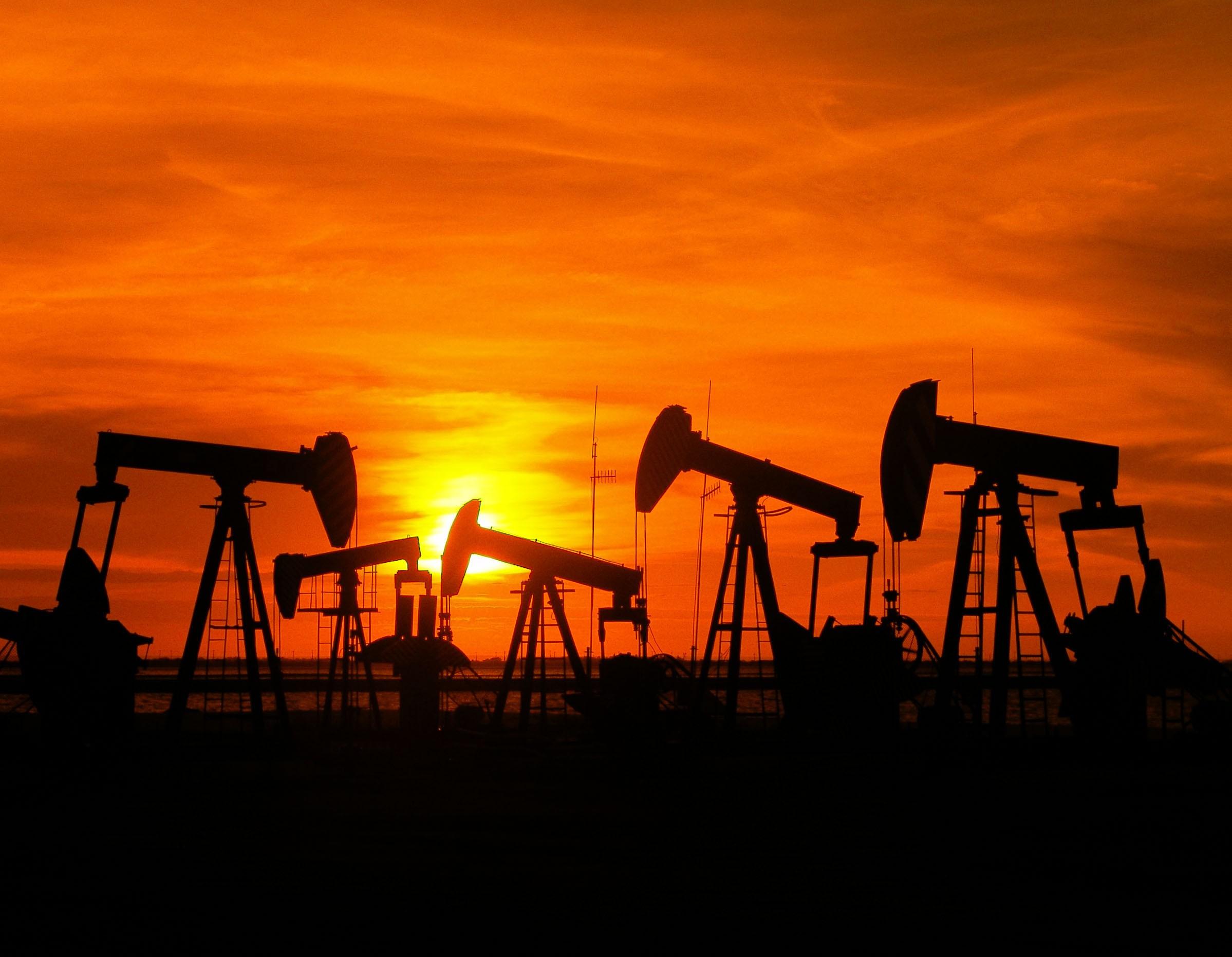 Petróleo fecha em alta, mas reverte menos da metade da queda de quarta thumbnail