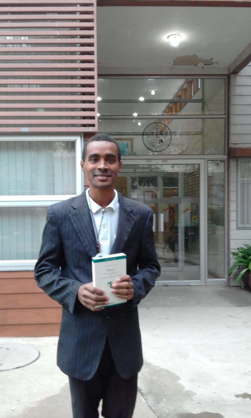 Jefferson Dionísio de Souza foi ao Chile para cursas doutorado em Filosofia — Foto: Arquivo Pessoal