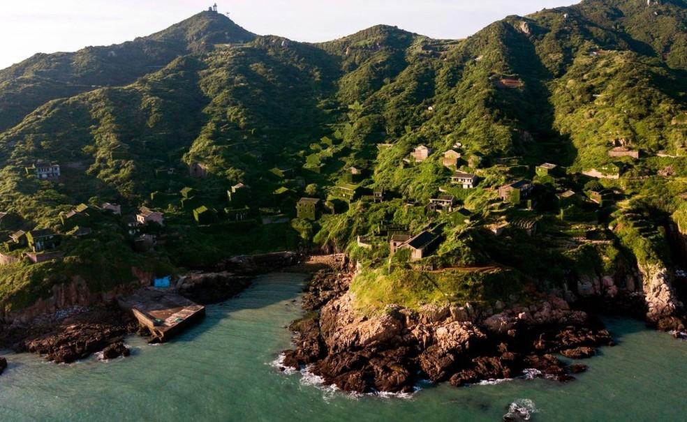 De porto pesqueiro a vilarejo abandonado, Houtouwan está sendo retomada pela vegetação (Foto: AFP)