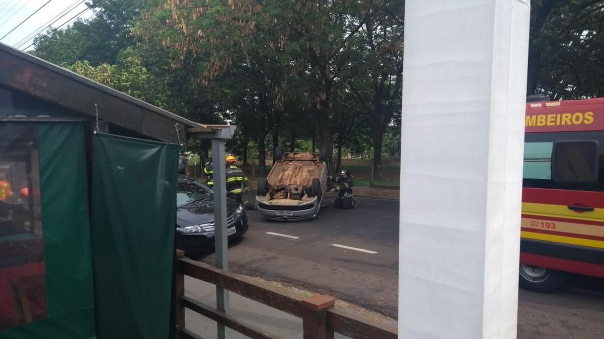 Motorista fica ferido após capotar carro em Rio Preto