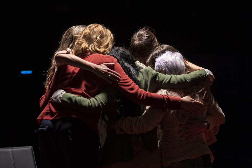 Momento que em que as mulheres vítimas do assédio de João de Deus se encontraram pela primeira vez — Foto:  Globo/ Maurício Fidalgo