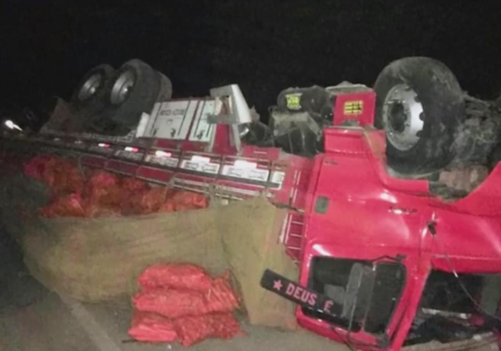 Cmainhão tombou após o acidente — Foto: Reprodução/TV Bahia