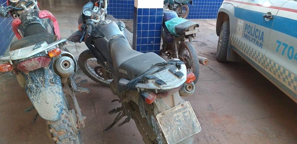 Motocicletas apreendidas na comunidade Novo Horizonte durante operação da PM erm Rurópolis — Foto: Polícia Militar de Rurópolis/Divulgação