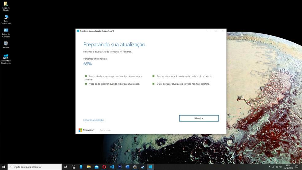Você pode minimizar o instalador e usar o computador normalmente enquanto o download é realizado — Foto: Reprodução/Filipe Garrett