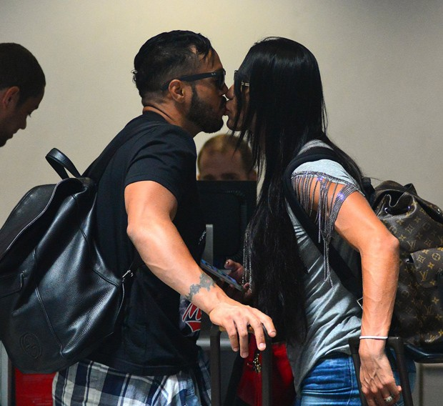Belo beija Gracyanne Barbosa antes de embarque (Foto: William Oda/Ag News)