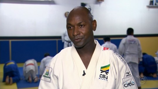 Corpo do ex-judoca olímpico Mario Sabino é enterrado no interior de SP