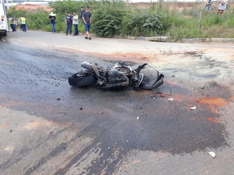 Moto pegou fogo após batida em ônibus coletivo de Criciúma na tarde deste sábado (25) (Foto: Corpo de Bombeiros/Divulgação)